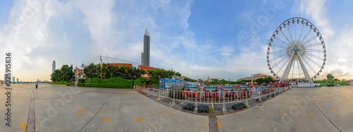 Photo 360 Panorama of Ferris wheel at amusement park in sunset time