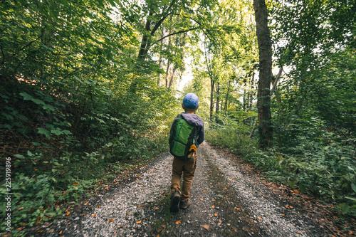 Fotografie, Obraz  Kind mit Rucksack im Wald