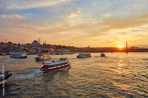 Cuadros en Lienzo Bosphorus strait with ferry boats on the sunset in Istanbul