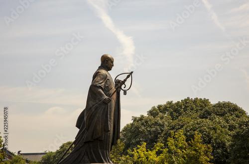 Autocollant pour porte Xian Statue of Xuanzang side view in front of Big WIld Goose Pagoda, Xian, China