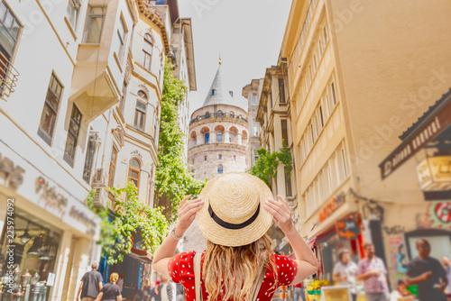 Photo Portrait view of a beautiful woman traveler