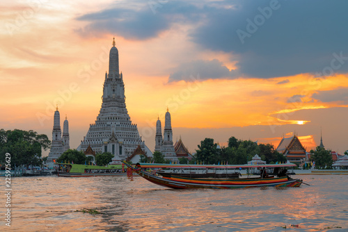 In de dag Bangkok Wat Arun Temple at sunset in bangkok Thailand. Wat Arun is a Buddhist temple in Bangkok Yai district of Bangkok, Thailand, Wat Arun is among the best known of Thailand's landmarks