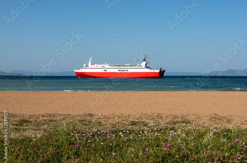 Fotografía  Red ferryboat and beach in Rafina, Greece.