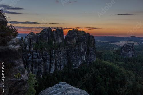 Foto op Aluminium Nachtblauw Sonnenuntergang bei den Schrammsteinen