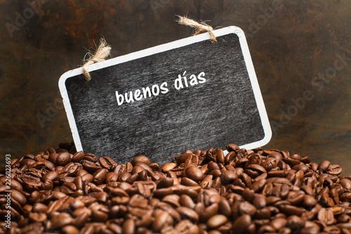 Café en granos y saludo de buenos días en pizarra