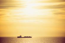夕焼けの中の貨物船