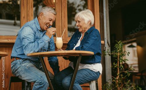Fotografia Senior couple having great time at cafe