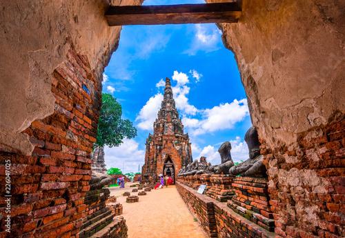 Photo Tourists visit the ancient temple Wat Chaiwatthanaram located at Ayutthaya, Thailand
