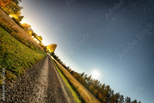 Photo inclined photo of moon night at swedish countryside - stars, harvested field, di
