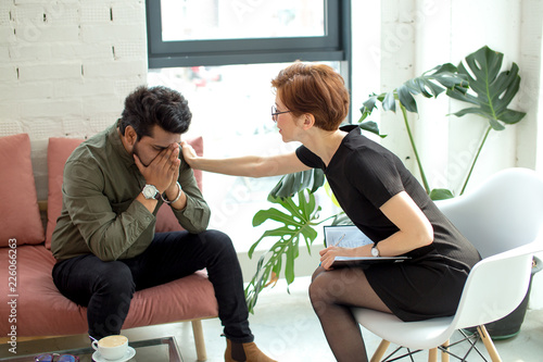 Fotografia  Female psychiatrist touching on stress patient man shoulder to cheer up him from