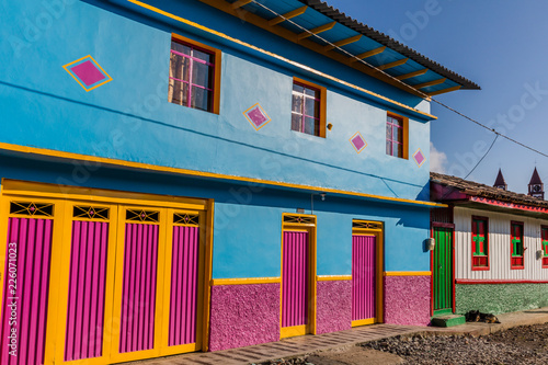 In de dag Zuid-Amerika land colorful buildings of San Felix near Salamina Caldas in Colombia South America