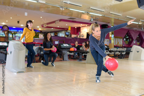 Fotografie, Obraz  woman playing bowling