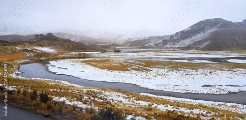 Fotobehang Zuid-Amerika land Au bord d'une route enneigée de l'Altiplano