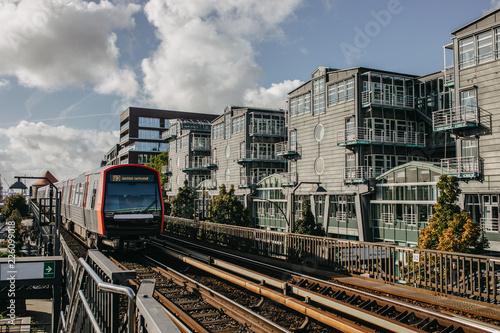 Straßenbahn fährt in die Station Baumwall Hamburg ein