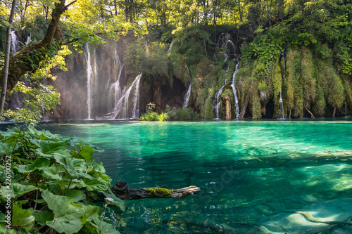 Foto op Plexiglas Groene waterfall in deep forest