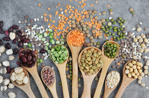 Fotografía  Mix of dry legume varieties: pinto and mung beans, assorted lentils, soyabean, y