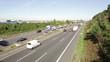 Autos und LKW auf Autobahn