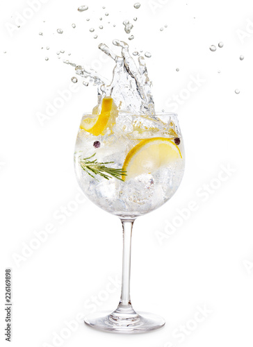 Printed kitchen splashbacks Cocktail gin tonic splashing isolated on white background