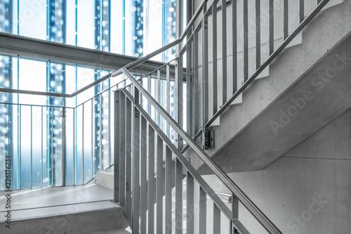 Fényképezés Treppenhaus mit Glaswand Treppe