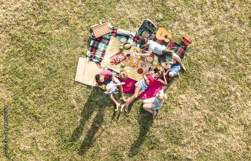 Foto Aerial drone view of happy families having fun with kids at picnic barbecue part
