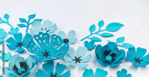 Kwiat i liść niebieskiego koloru z papieru