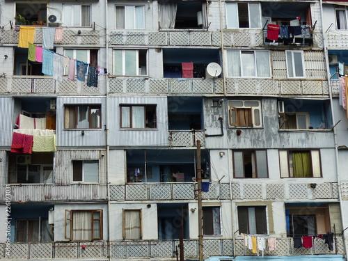 Valokuva  Facciata di una casa popolare degradata di Batumi in Georgia.