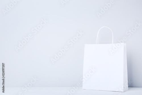 Fototapeta Paper shopping bag on grey background obraz