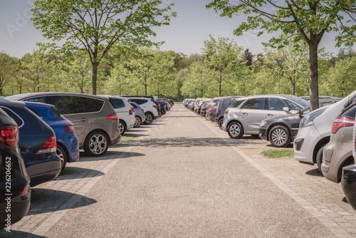 Fotografia row of cars in parking lot