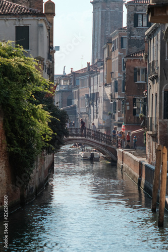 Foto  Venice, Italy - September 15, 2018 - Tourists walking along the canals of Venice