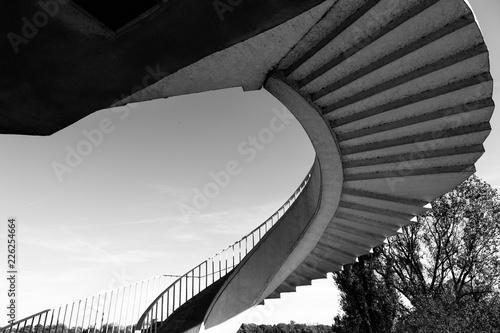 Fototapeta Schody spiralne w Warszawie - czarno-biała architektura miasta obraz