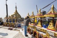 Hombre Haciendo Ofrendas En El Templo Budista De Kyaiktiyo Pagoda En Myanmar.
