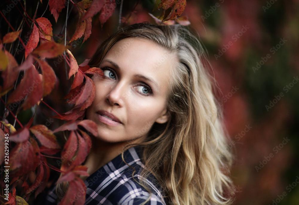 Fototapeta Portret kobiety, czerwone wino, jesień