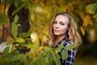 Portret kobiety, jesień, zielone liście