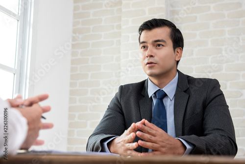 Photo Businessman negotiating with client at the table before making an agreement