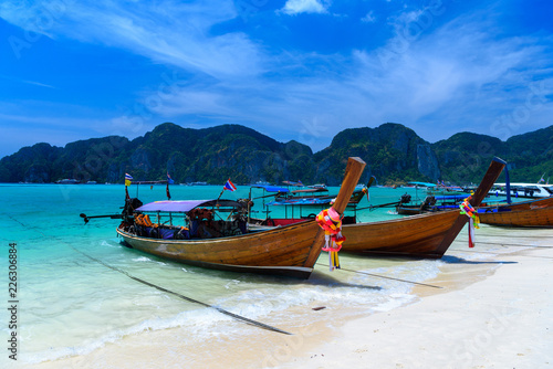 Foto auf Acrylglas Long tail boats on tropical beach, Phi Phi Don island, Andaman s