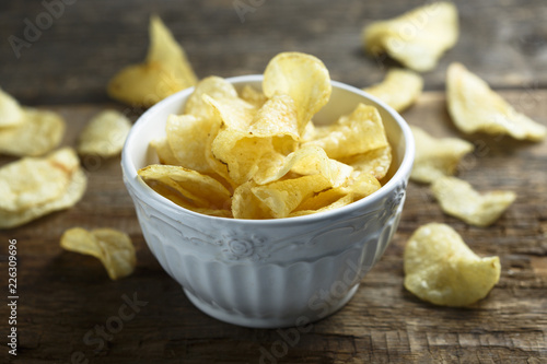 Fotografía  Kettle chips in the white bowl