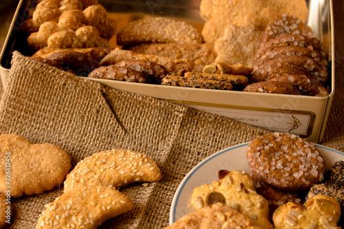 Tuinposter Koekjes Kruche ciasteczka. Kompozycja kruchych ciastek różnego smaku.