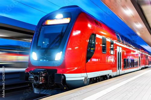 Fotografía High speed train at railway station platform at night