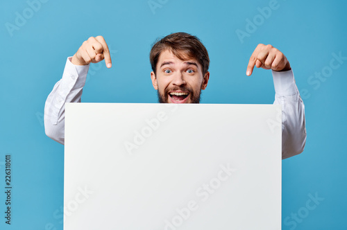 Fotografía  happy man shows his fingers on a white sheet of paper