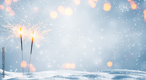 Photo  zwei brennende wunderkerzen im schnee