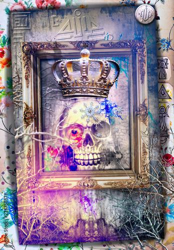Teschio macabro e surreale con corona e cornice antica