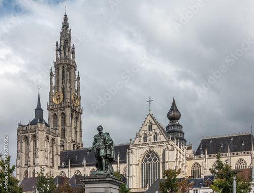 In de dag Historisch mon. Antwerp, Belgium - September 24, 2018: Peter Paul Rubens bronze statue with towers, nave and chancel of Onze-Lieve-Vrouwe Cathedral of Our Lady in back under white cloudy sky.