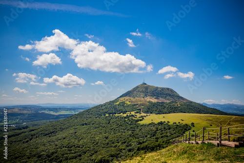 Fototapeta Vue sur le Puy de Dôme depuis le Puy Pariou  en Auvergne