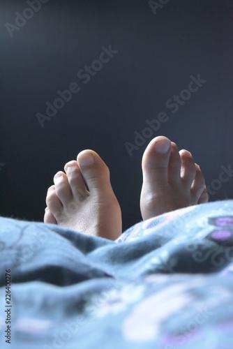 Fuß Füße Füße Schauen Unter Der Bettdecke Bettdecke