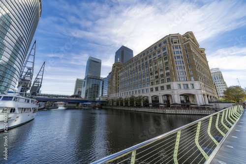 Spoed Foto op Canvas Stad gebouw Architecture and features of Canary Wharf on a sunny autumnal morning. Canary Wharf is London's principal business district.