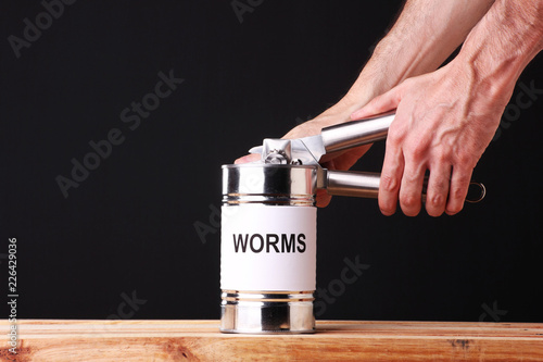 Photo Unrecognizable person opening a can of worms