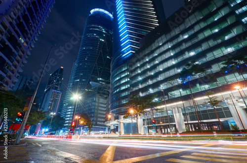 Foto  Modern building with light trails on night scene  background