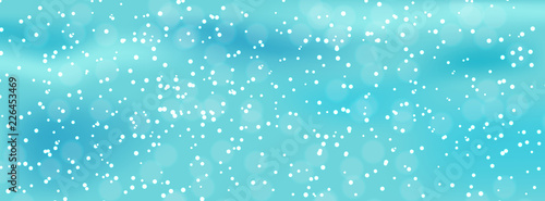 Photo Colorful naturalistic winter background with falling snow on drifts