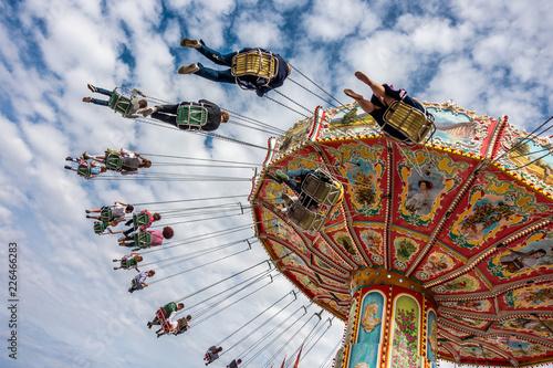 Poster Attraction parc Altes Kettenkarussell lässt seine Fahrgäste fliegen