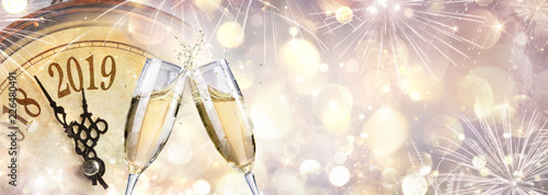 Photo  New Year 2019 - Toast With Champagne And Clock